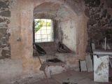 tvrz - gotické okno s odpočívadly v 1. patře