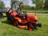 Traktor na úpravu zeleně v obci